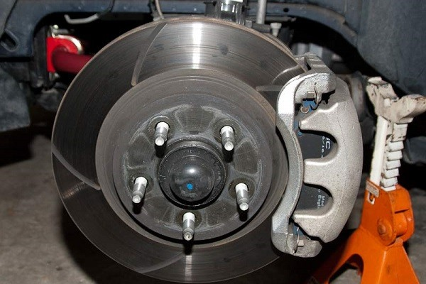Ceramic vs. Semi-metallic Brake Pad